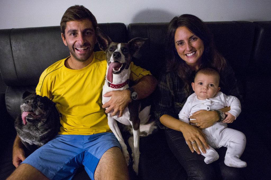 Diogo e Diana, com o filho Francisco e os cães Rocky e Chica