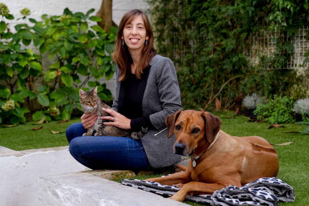 Rita Jacobetty, a gata Sianna e a cadela Gandhi